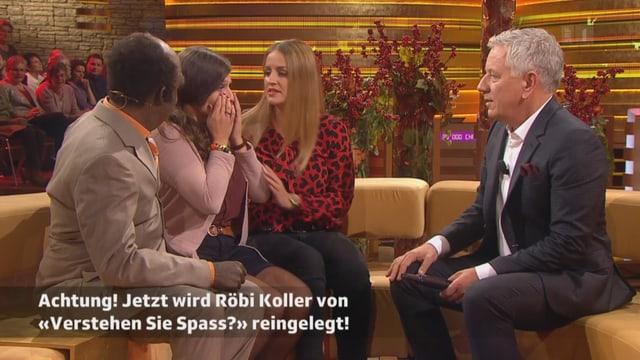 Röbi Koller mit drei Studiogästen im Happy Day-Studio während er von Verstehen Sie Spass reingelegt wird