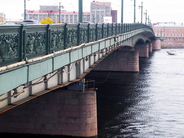 Liteyny Brücke: Das dunkelgrüne Geländer der Brücke ist mit Stukaturen verziert.