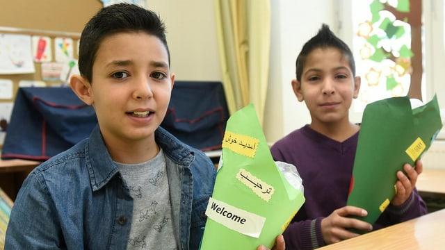 Zwei Jungen mit Schultüten.