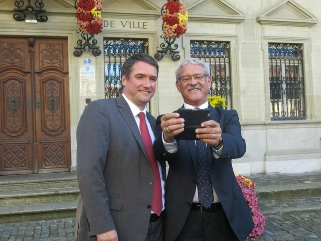 Christian Levrat (links) und Beat Vonlanthen machen ein Selfie.