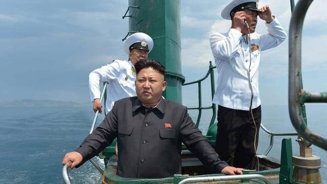 Der nordkoreanische Machthaber Kim Jon Un an Deck eines U-Boots.