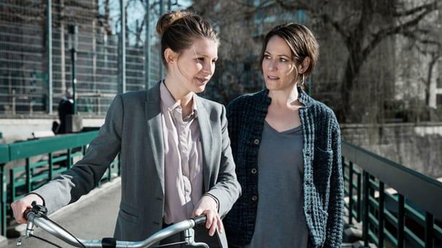 Anna Schinz (l.) und Stephanie Japp in «Private Banking».
