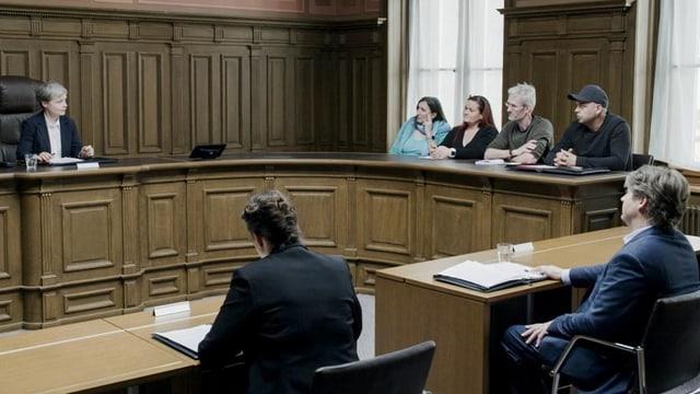 Gerichtsverhandlung im Saal