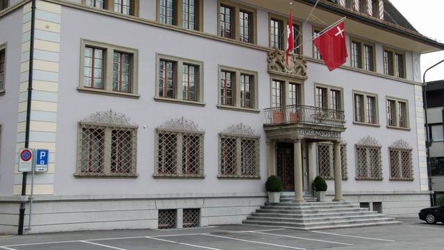Das Regierungsgebäude in Schwyz mit zwei Fahnen über dem Eingang.