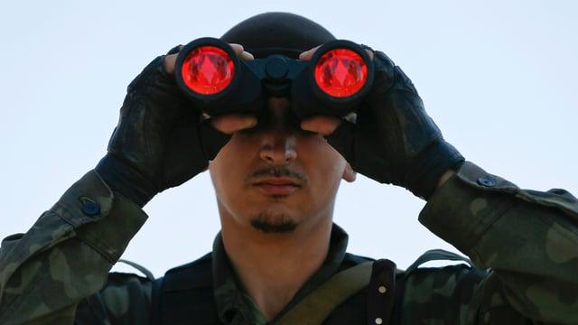 Ein pro-russischer Separatist blickt durch den Feldstecher.