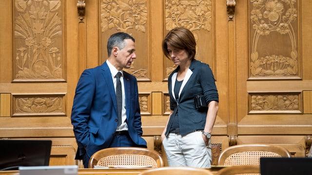 Cassis und Gössi stehen beeinander und sprechen zusammen.