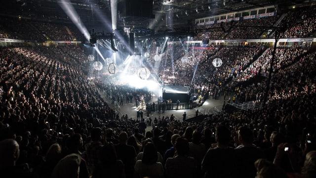 Drohnen, eine Lichtshow und ein riesiges Publikum in einem Stadion bei einem Konzert von Muse.