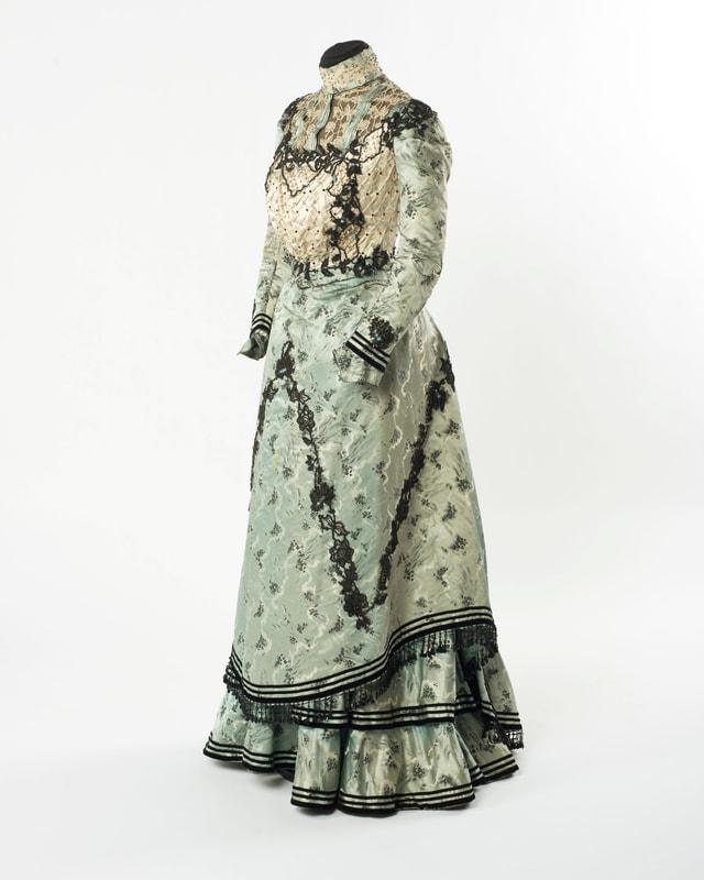 Historisches, langes Kleid mit Spitzen.