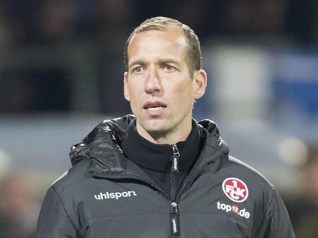 Jeff Strasser an der Seitenlinie in Kaiserslautern-Jacke.