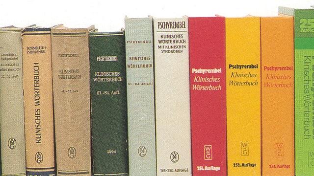 Bücherrücken von mehreren Pschyrembel-Ausgaben (von ganz alten bis zu neueren).