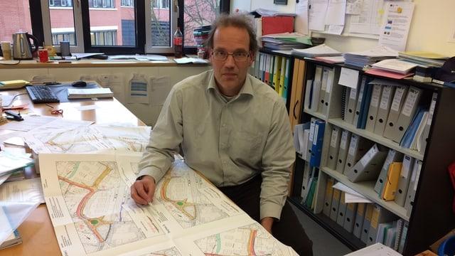 Alex Joss an seinem Schreibtisch