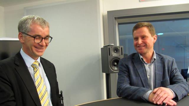 Zwei Männer im Radiostudio