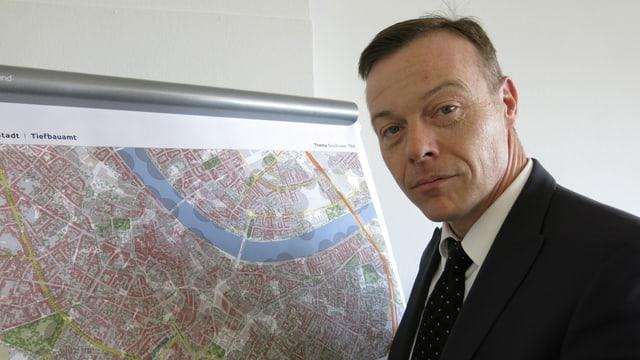 Roger Reinauer vor einer Stadtkarte