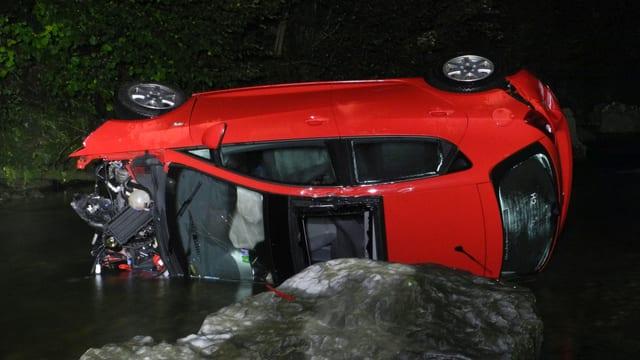 Das Unfallauto im Fluss Alp.