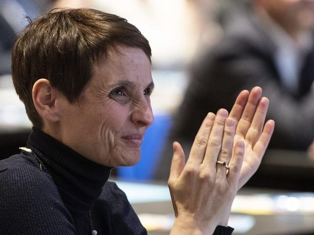 Claudine Esseiva applaudiert