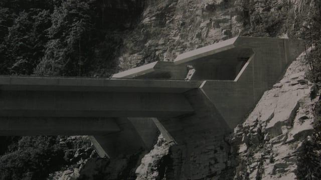 Tunnelportal und Brücke bei Faido.