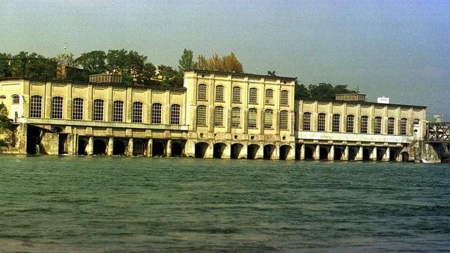 Hauptgebäude des Kraftwerks Rheinfelden im Rhein.