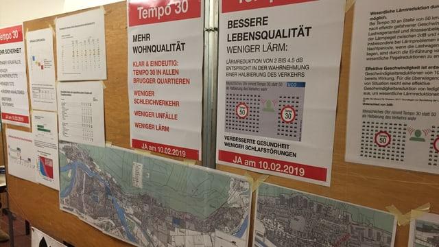 EIne Wand mit Pro Contra Argumenten auf Flugblättern