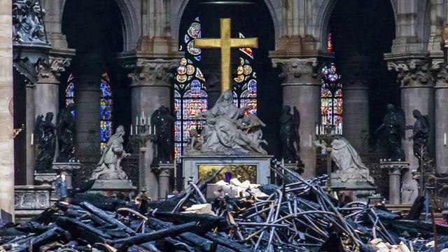 Statuen in Kathedrale, in der Mitte Trümmer