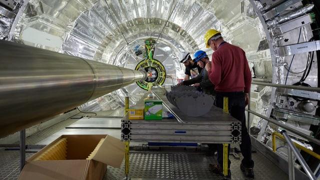 Mitarbeiter im Tunnel des Cern.
