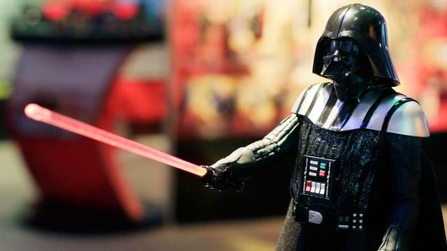 Schwarze Maske und Lichtschwert: Darth Vader.