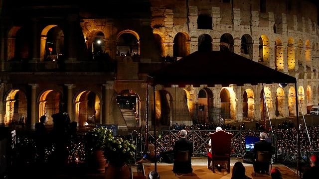 Der Papst vor dem Kolosseum.