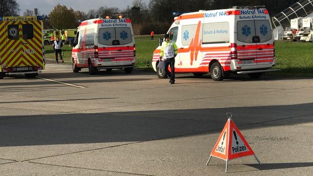 Krankenwagen und Polizeiauto im Einsatz