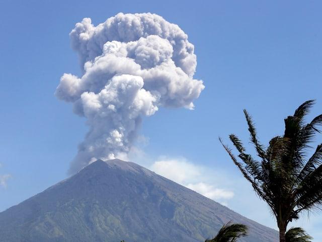 Über dem Vulkan Angung auf Bali thront eine weisse Aschewolke.