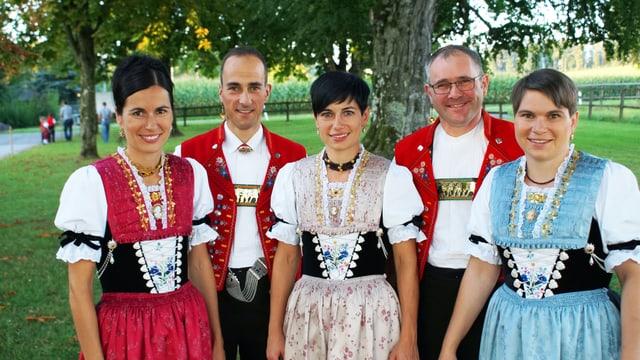 Eine fünfköpfige Gruppe posiert mit Appenzeller-Trachten für ein Foto.