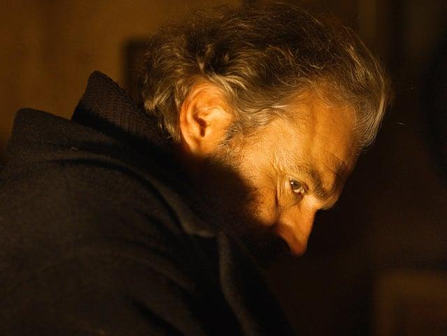 Haluk Bilginer, der in «Winter Sleep» Aydin verkörpert, seitlich über dessen Schulter gefilmt.