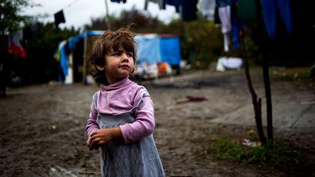 Kleines Mädchen in Roma-Slum im Westen von Paris.