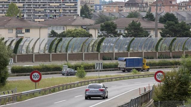 Eine Lärmschutzwand auf der Autobahn.
