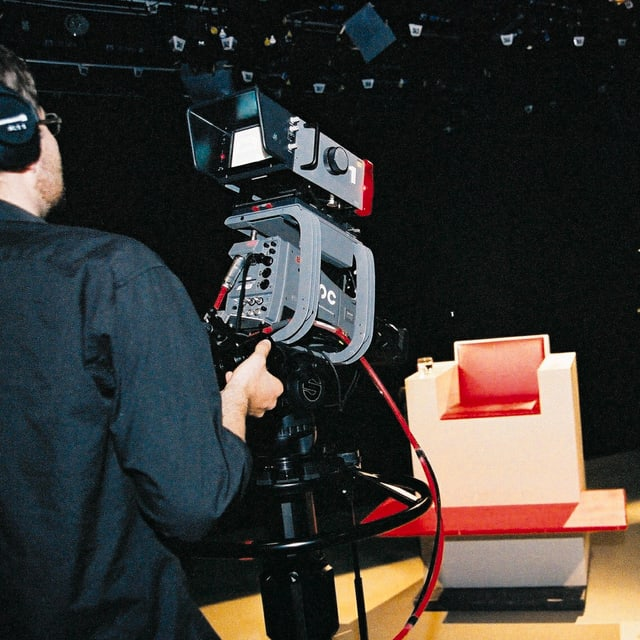 Heisser Stuhl mit Kameramann