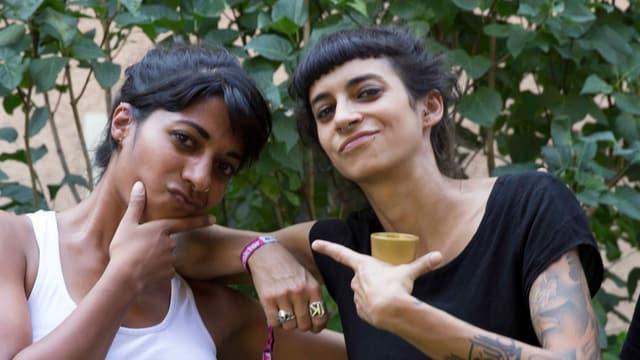 La Gale und Reena geben sich props.