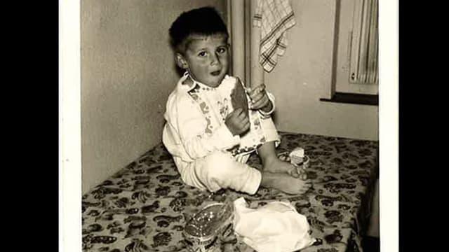 Thomy Scherrer als Kind auf dem Küchentisch.