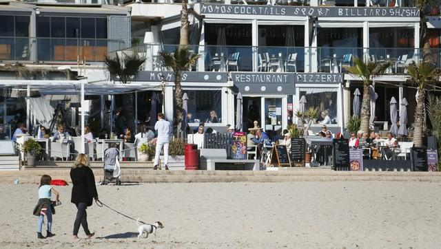 Para ver uma praia e um hotel em Maiorca.