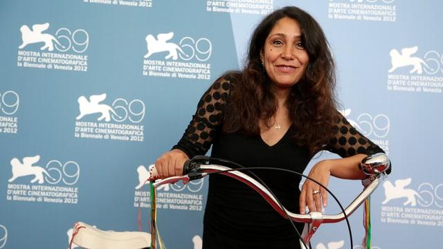 Haifa Al-Mansour posiert mit Fahrrad