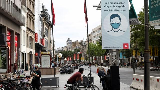 Ein Schild auf einem Platz in Antwerpen weist auf die erweiterte Maskenpflicht hin.