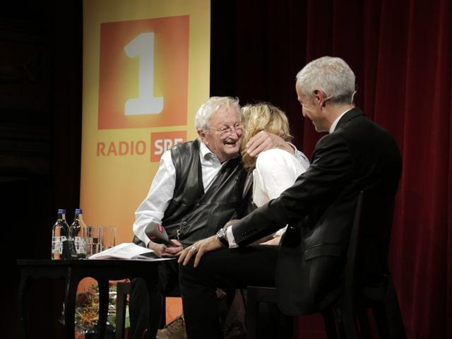 Peter Bichsel umarmt Eliana Burki.