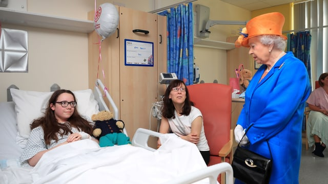 Die Königin im Spital bei einem Opfer des Anschlags.