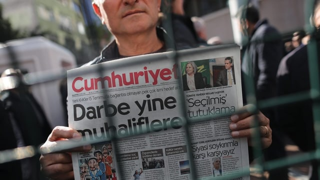 Ein Demonstrant hält eine Ausgabe der Cumhuriyet (Archivbild).