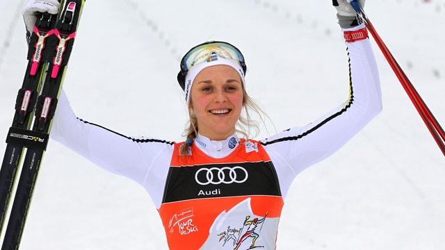 Stina Nilsson celebrescha sia victoria, qua la quarta etappa a Oberstdorf.