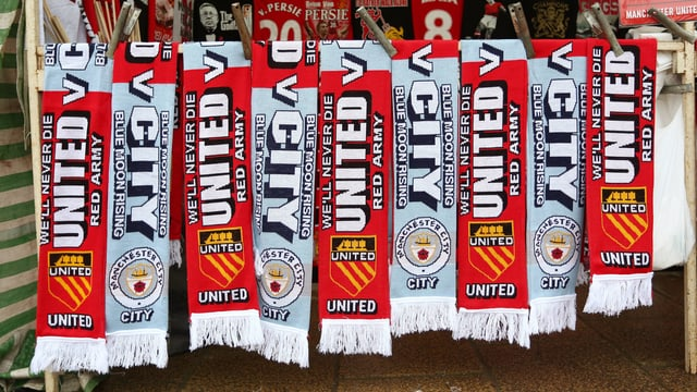 Fansschals beider Klubs an einem Verkaufsstand