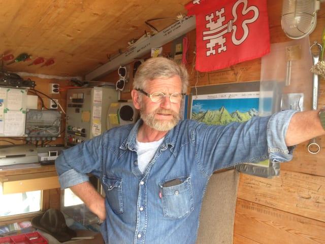 Kurt Mathis in seinem Häuschen auf dem Haldigrat.