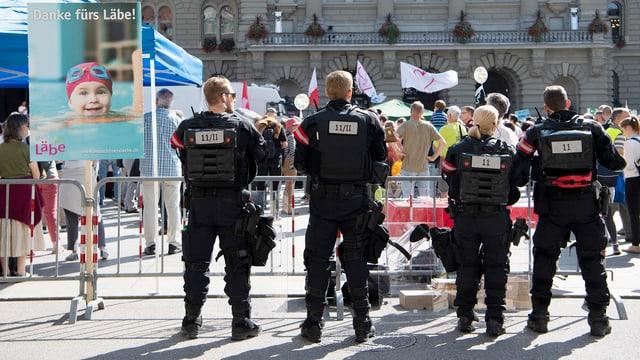 Polizisten vor Kundgebung auf Bundesplatz.