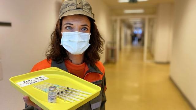 Mona Vetsch hält Impfungen in der Hand.