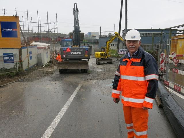 Gesamtprojektleiter Hans Ruedi Ramseie vor zwei Bagger auf der Reusseggstrasse.