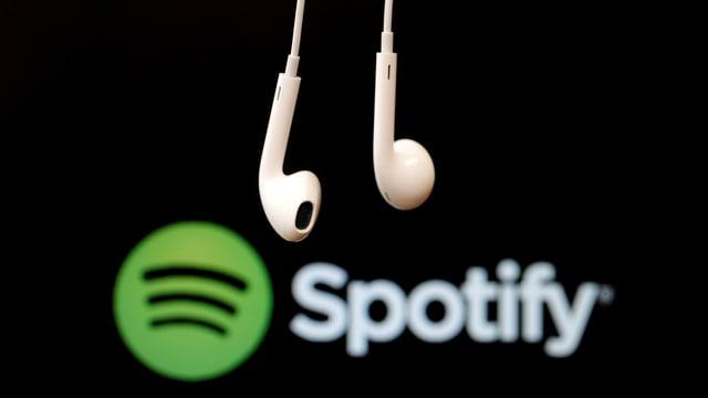 Ein Paar Kopfhörer vor dem Spotify-Logo.