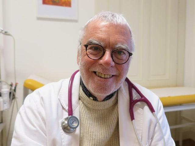 Porträt eines Mannes mit Stethoskop.