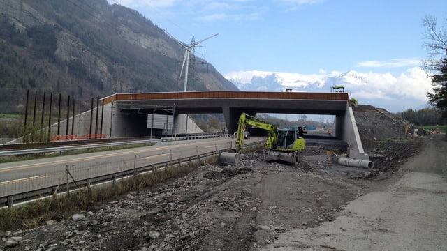 Die Wildbrücke während der Bauarbeiten.